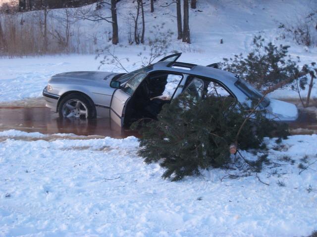 quotBMWquot 7sērijas pasažieri... Autors: Cumosniks Božu ūdenskrātuves ledū ielūzt divi 'BMW'