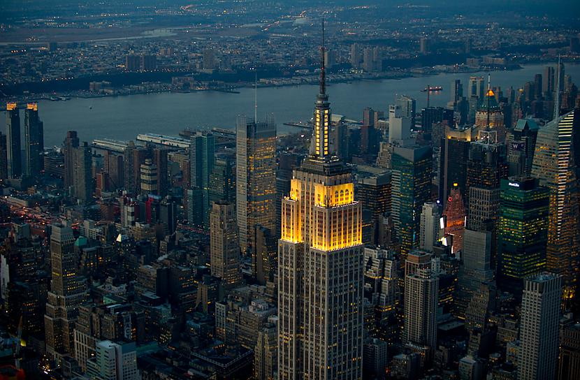 The Empire State Building Autors: Samaara NYC and Las Vegas from above, at night.
