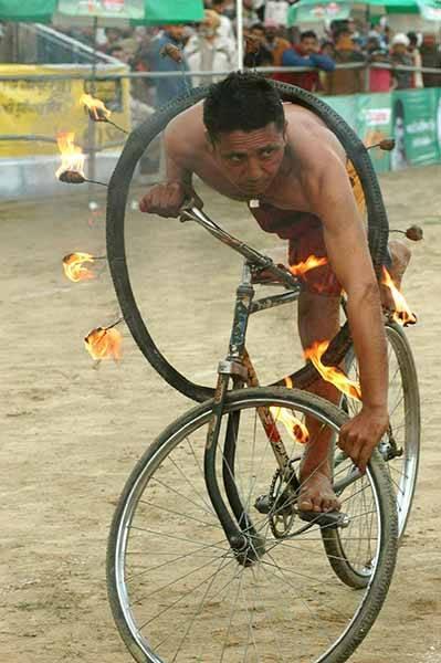 Vīrietis balansējot uz... Autors: pusniks Mini Olimpiskās spēles Indijā