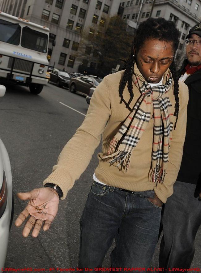 A Gun tattoo uz viņa plaukstas Autors: Lil Beast Lil Wayne Tattoos