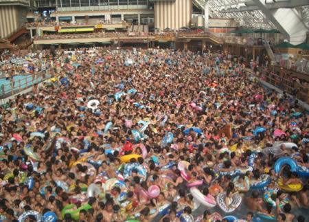 Pasaulē pārpildītākais viļņu... Autors: MJ 10 fascinējošākie pasaules peldbaseini!!