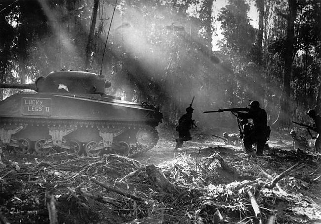 nbspTanka pavadībā amerikāņu... Autors: Fosilija 2 pasaules karš fotogrāfijās