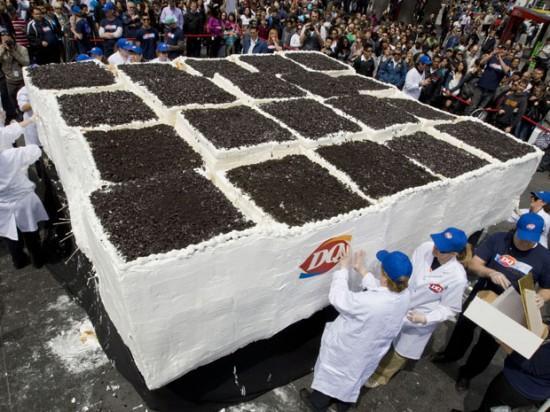 Kūka tika dalīta pūlimun... Autors: theGameHasJustBegun Pasaules lielākā saldējuma kūka.