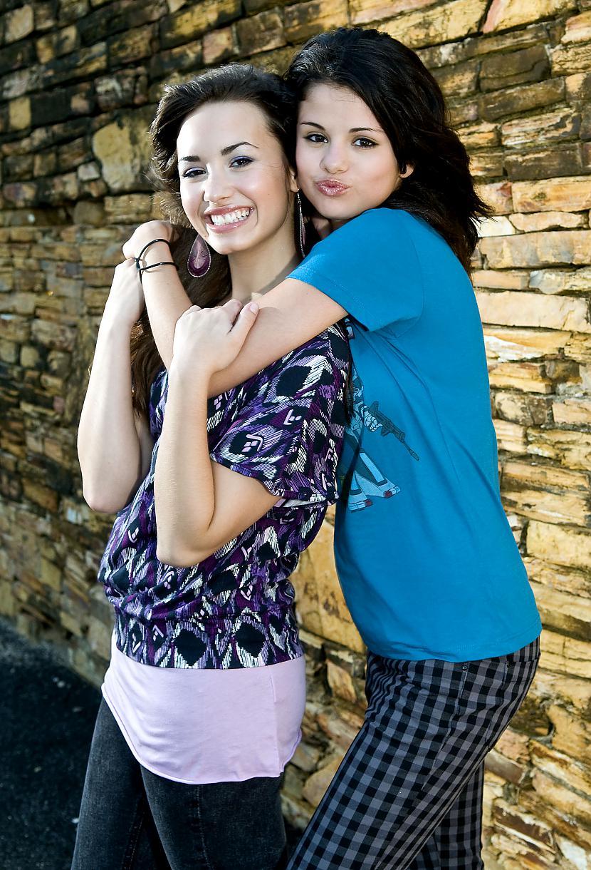 Selena  Demi Autors: martak Miley&Mandy VS. Selena&Demi