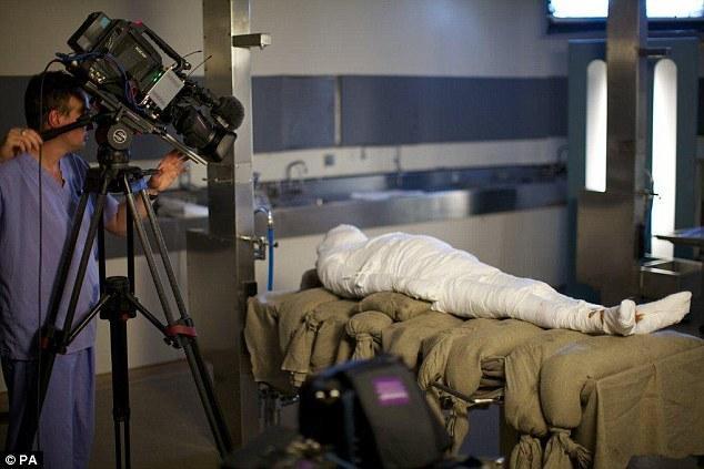 Viss mumifikācijas process... Autors: dafs132 Pirmo reizi 3000 gadu laikā tiek mumificēts cilvēks