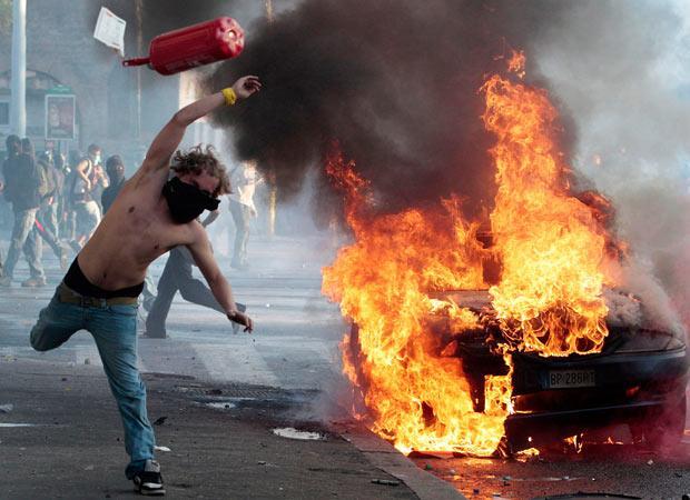 Protestētajs Romā met uguns... Autors: Moonwalker Kamēr tu sēdēji Spokos