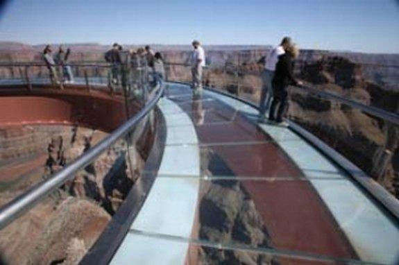 Šī tilta konstukcija sākas... Autors: sunshinee 4000 pēdu garš Stikla tilts.