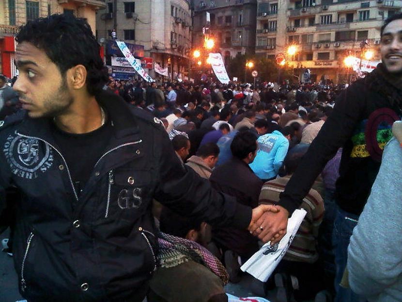 Kristieši aizsargā musulmaņus... Autors: cuchins Aizvadītā 2011 spēcīgākās bildes!