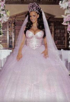 Populārā britu fotomodele... Autors: Sofīte 10 pasaules bezgaumīgākās kāzu kleitas