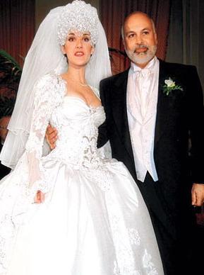 Talantīgā dziedātāja ar savu... Autors: Sofīte 10 pasaules bezgaumīgākās kāzu kleitas
