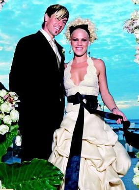 Populārā dziedātāja ar savu... Autors: Sofīte 10 pasaules bezgaumīgākās kāzu kleitas
