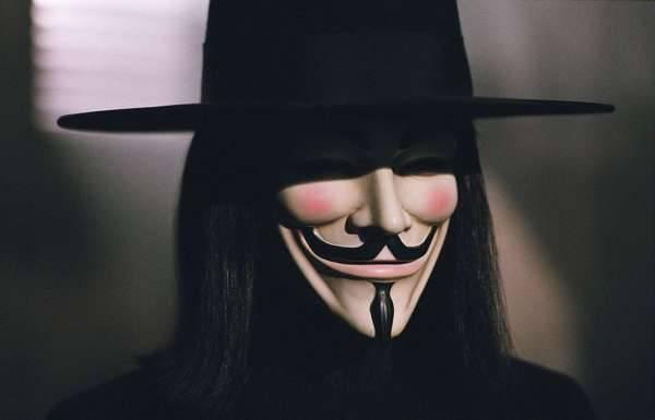 Hugo Weaving  V for Vendetta Autors: Fosilija Aiz maskām.