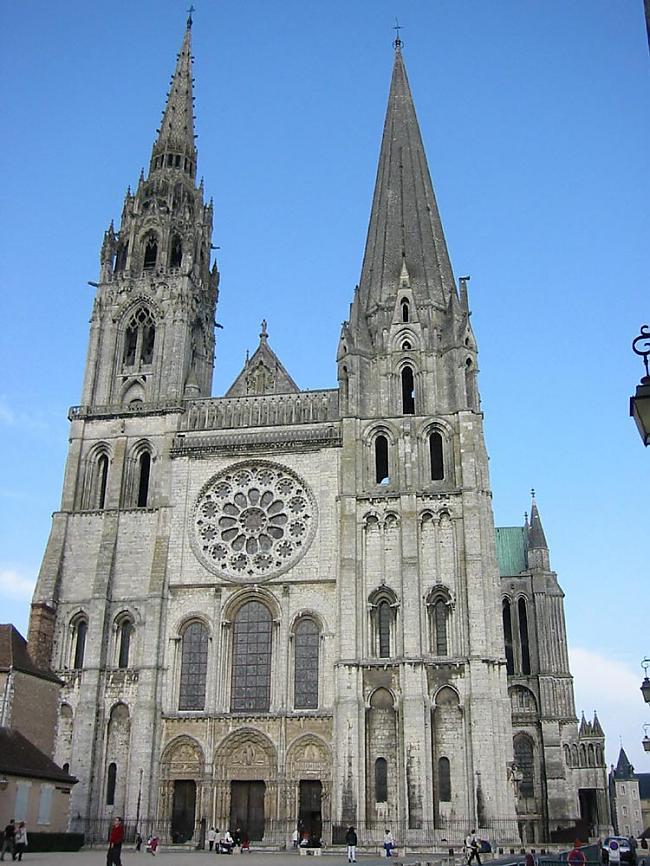 Ēka ir pirmā gotiskā celtne... Autors: Mr Cappuccino Šartras katedrāle