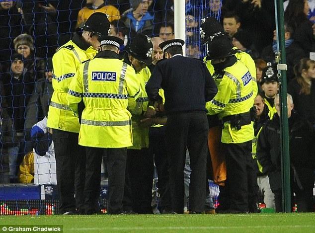 Mačā ar 10 uzvarēja Everton... Autors: pofig Fans pieķēdē sevi pie štangas
