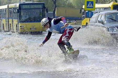 Vai plūdu slēpošanu Autors: AldisTheGreat 13 Asprātīgi atrisinājumi kā pārdzīvot plūdus.