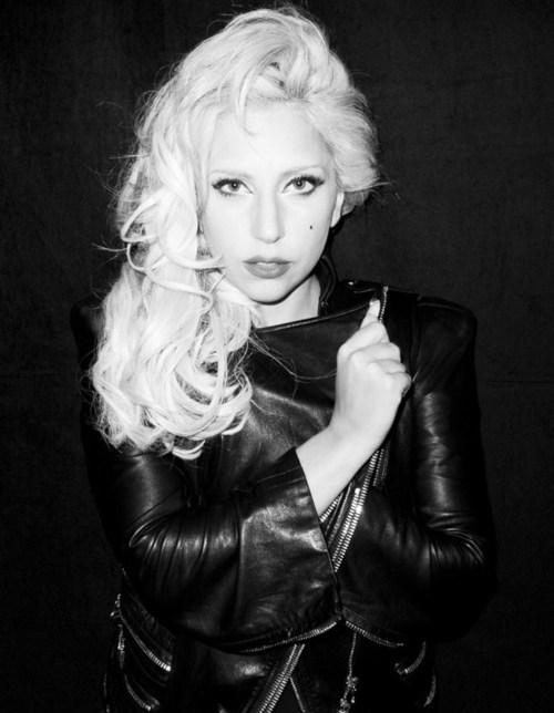 Lady GaGa  dziedātāja ar savu... Autors: Romantiska Slepkava Īsās slavenības.