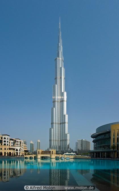 Kalīfa torņa apkārtē ir parki... Autors: Fosilija Iespaidīgais Burj Khalifa.