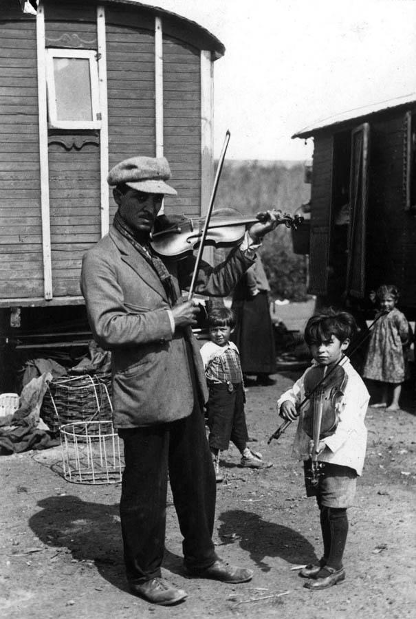Zaandamas taborā tēvs māca... Autors: anney Čigāni Eiropā