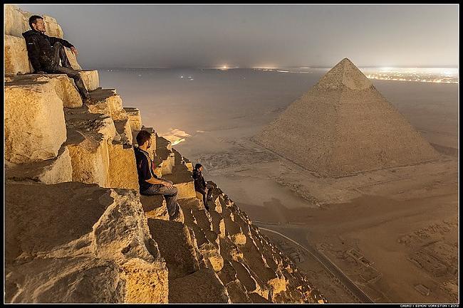Viņi nogaidīja kad pienāks... Autors: Azizi Krievu jaunieši uzrāpušies Gizas piramīdā