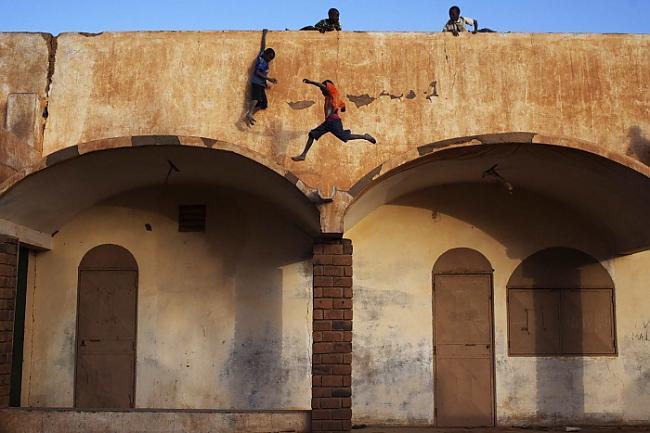 Bērni vienmēr atradīs veidu... Autors: Karalis Jānis 2013. gada Reuters labākie foto.