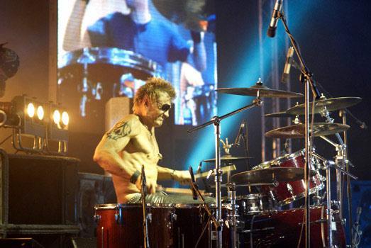 Dolfs ir arī mūziķis un spēlē... Autors: Werkis2 Fakti par Dolfu Lundgrēnu.