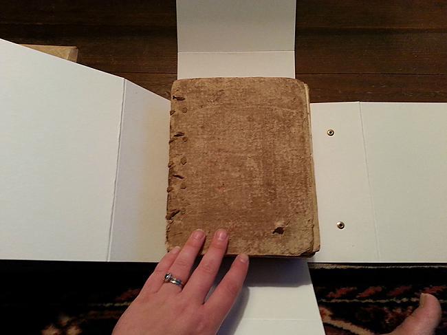 Tā nemaz nav liela Autors: Sātans Tā izskatās gandrīz 400 gadus veca bībele.