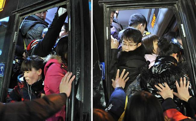 Pīķa stunda Pekinas centrā... Autors: Fosilija Pasaules pārpildītākie vilcieni tev liks iemīlēt Rīgas trolejbusus