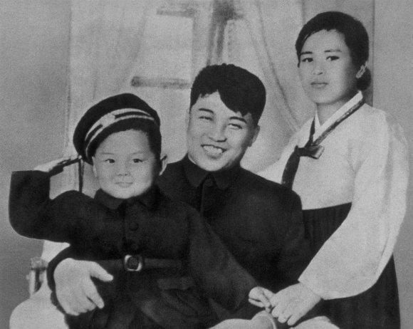 Kims Čenirs ar māti un tēvu Autors: zmx Sabiedrībā pazīstami cilvēki jaunībā