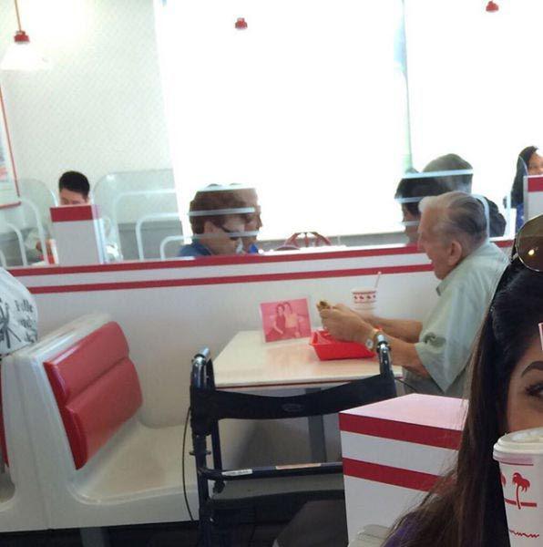 Pusmūža vīrietis pusdieno ar... Autors: Pon4iks 33 Aizkustinoši līdz sirds dziļumiem