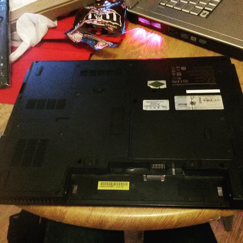 Jāatskrūvē vaļā VISAS skrūves... Autors: Fosilija RM laptopa lodēšana, klaviatūras mainīšana un tīrīšana