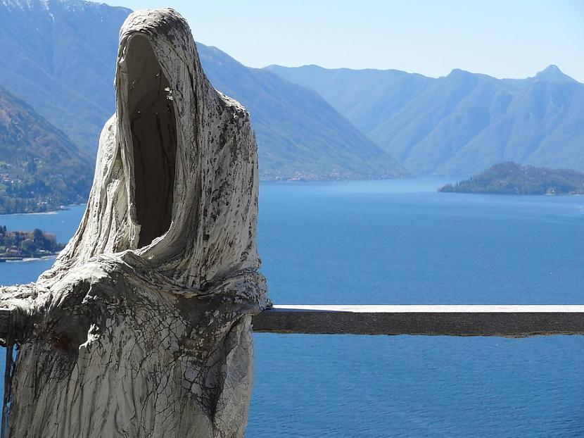 Statuja pie Komo ezera Itālijā... Autors: Fosilija Gluži kā filmās...šausmu