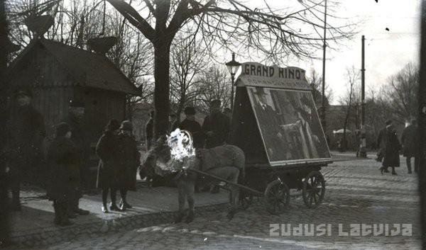 Zirgu pārvietojamās reklāmas... Autors: Fosilija 20 lietas, kuras kādreiz bijušas Rīgā