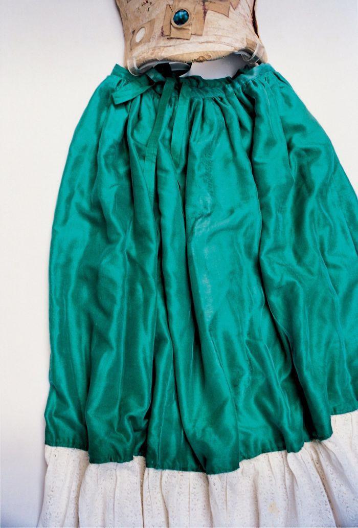 Zaļa zīda svārki ar mežģīnēm... Autors: 100 A Noslēptā Frīdas Kalo garderobe, kuru atvēra pēc teju 50 gadiem!