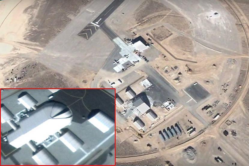"""2010 gadā uz fotogrāfijas... Autors: angelsss51 Ufologs Skots Jorings ir pārliecināts, ka ASV """"Zonā S4"""" slēpj 30 metrus garu NLO"""
