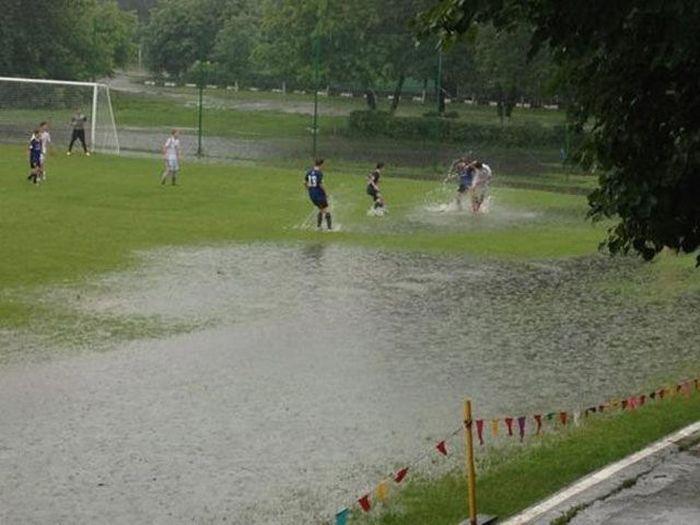 futbolu spēlēt netraucē... Autors: Emchiks Iespējams tikai Krievijā 9
