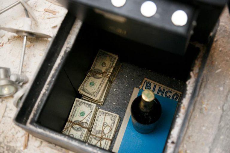 Iesākumam 51080 dolāru... Autors: theFOUR Viņi uzdūrās šim slepenajam, paslēptajam seifam.