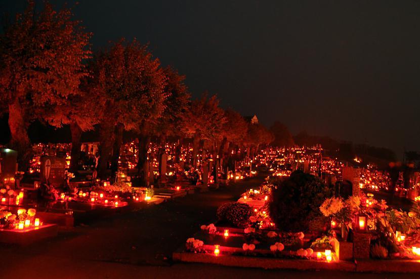 Maize ūdens un gaisma gariem... Autors: Bitchere 10 interesantākās Helovīna tradīcijas pasaulē