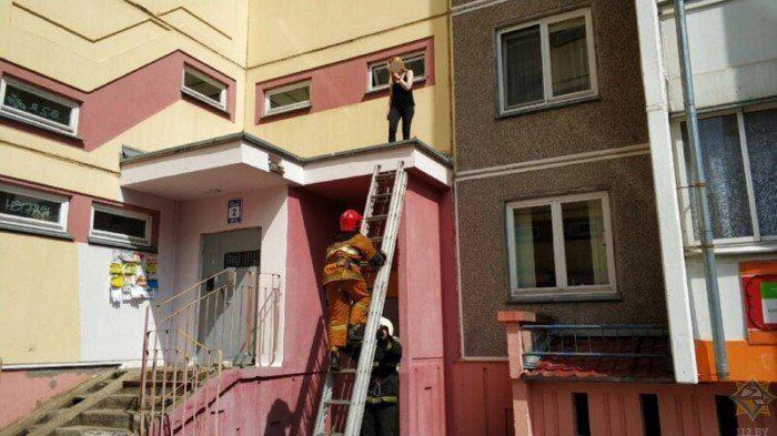 Kā es te tiku man bail... Autors: Fosilija Jocīgi, bet sievietes vienmēr grib kaut kur uzkāpt...