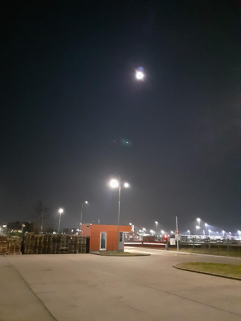 Mēness virs lidostas no... Autors: Drakonvīrs Pilnmēness plkst 4 - 4.30, un saullēkts...