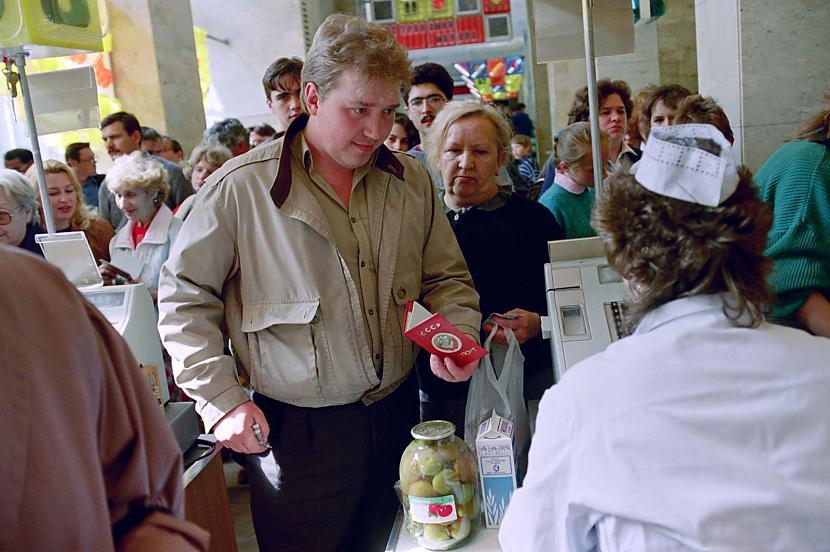 Rinda pēc pārtikas produktiem... Autors: Lestets PSRS pēdējo dienu fotogrāfijas
