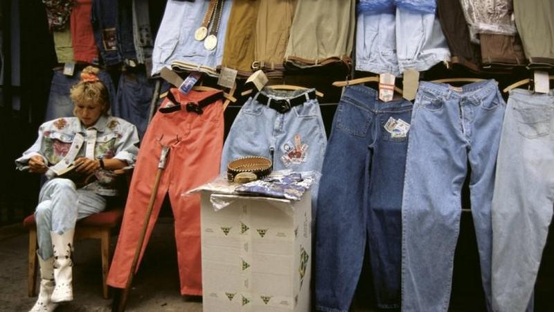 Tirgus iekaroscaronanaApģērbu... Autors: Fosilija Jautri fakti par 90. gadu modi, kas izraisa nostalģiju (9 fotoattēli)