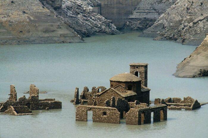 quotSpoku ciematsquot Itālijā ... Autors: Lestets Cilvēka veidoti zemūdens objekti, kas liks bailēs peldēt prom