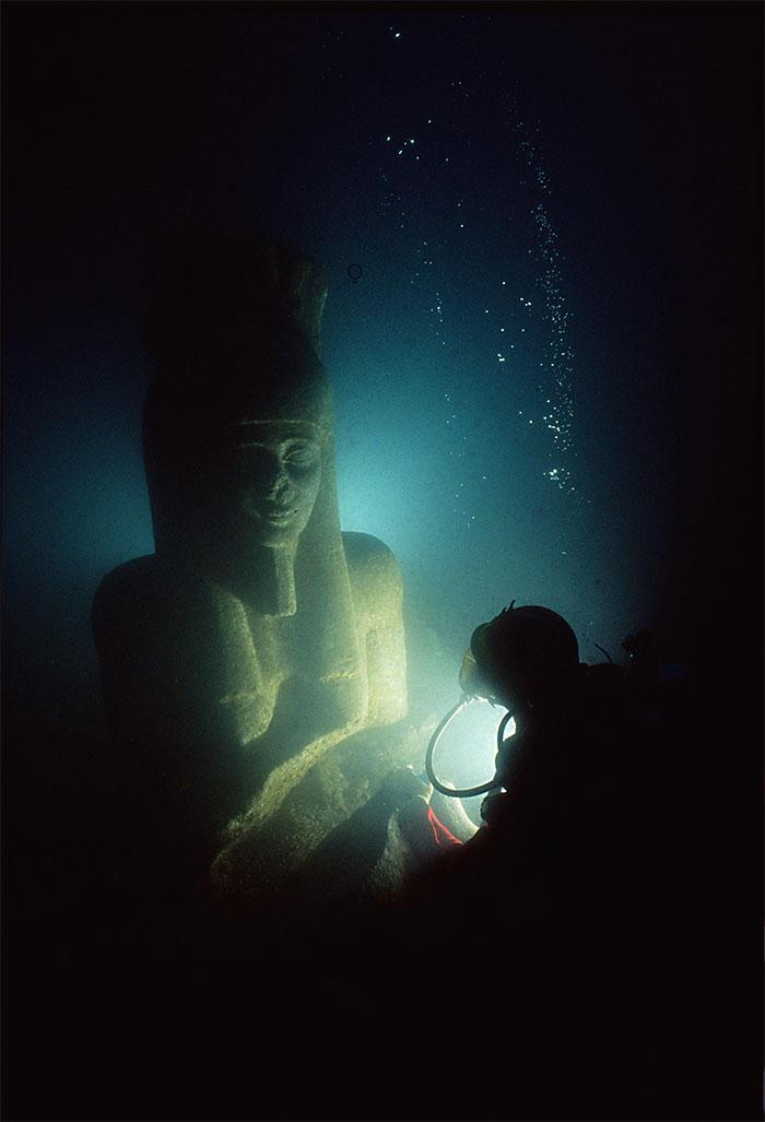 Pēc 2300 gadiem statuja tika... Autors: Lestets Cilvēka veidoti zemūdens objekti, kas liks bailēs peldēt prom